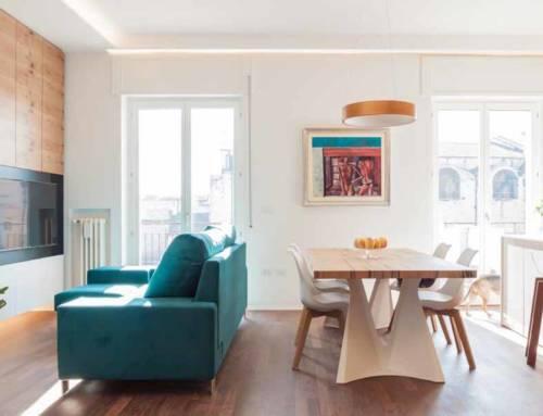 Un appartamento dai colori caldi e dai riflessi metallici